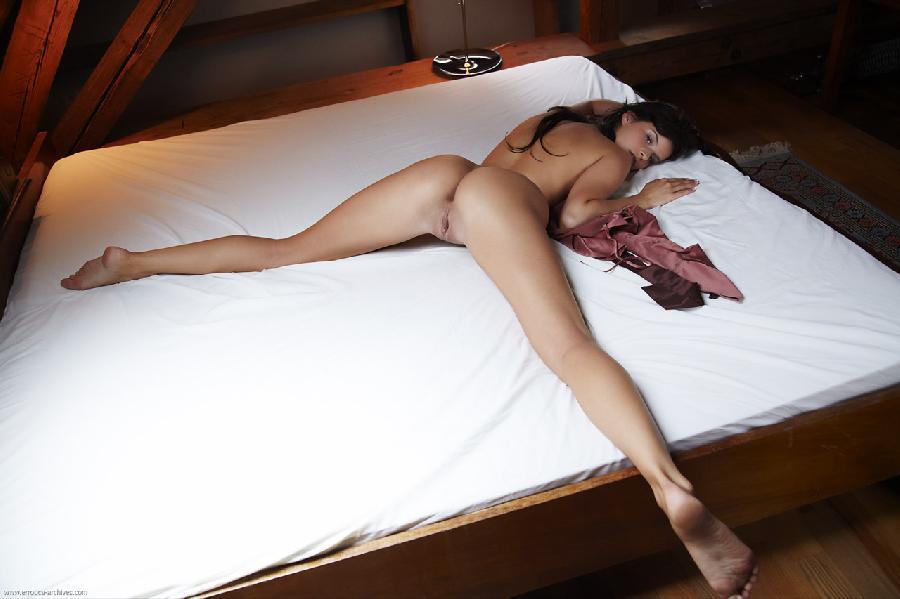 фото голых на животе раздвинув ноги