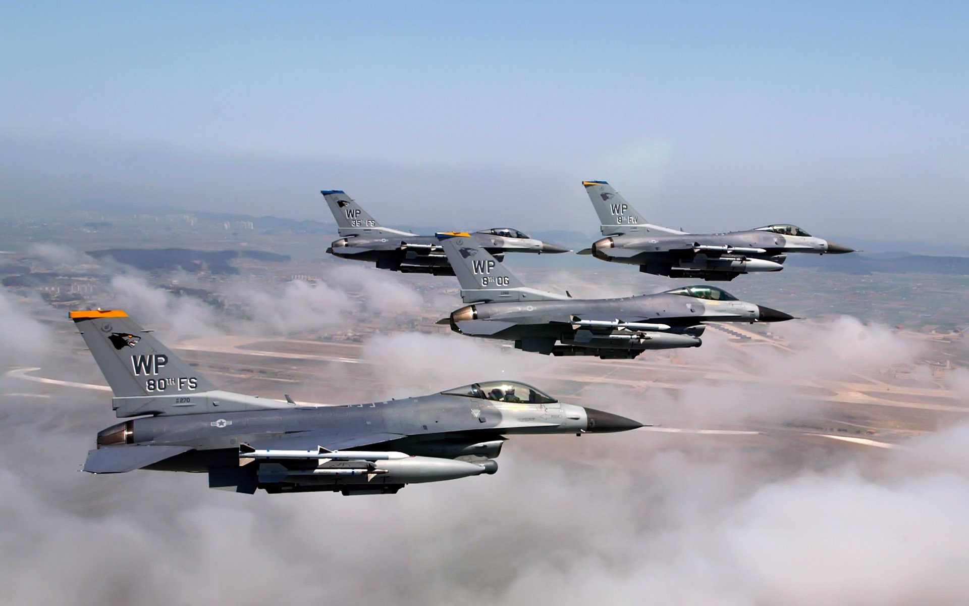 formation of f 16 fighting falcons wide